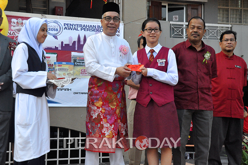 Shoon Fatt Photo3 of Donating Biscuits For Students At SMK Tanjung Rambutan
